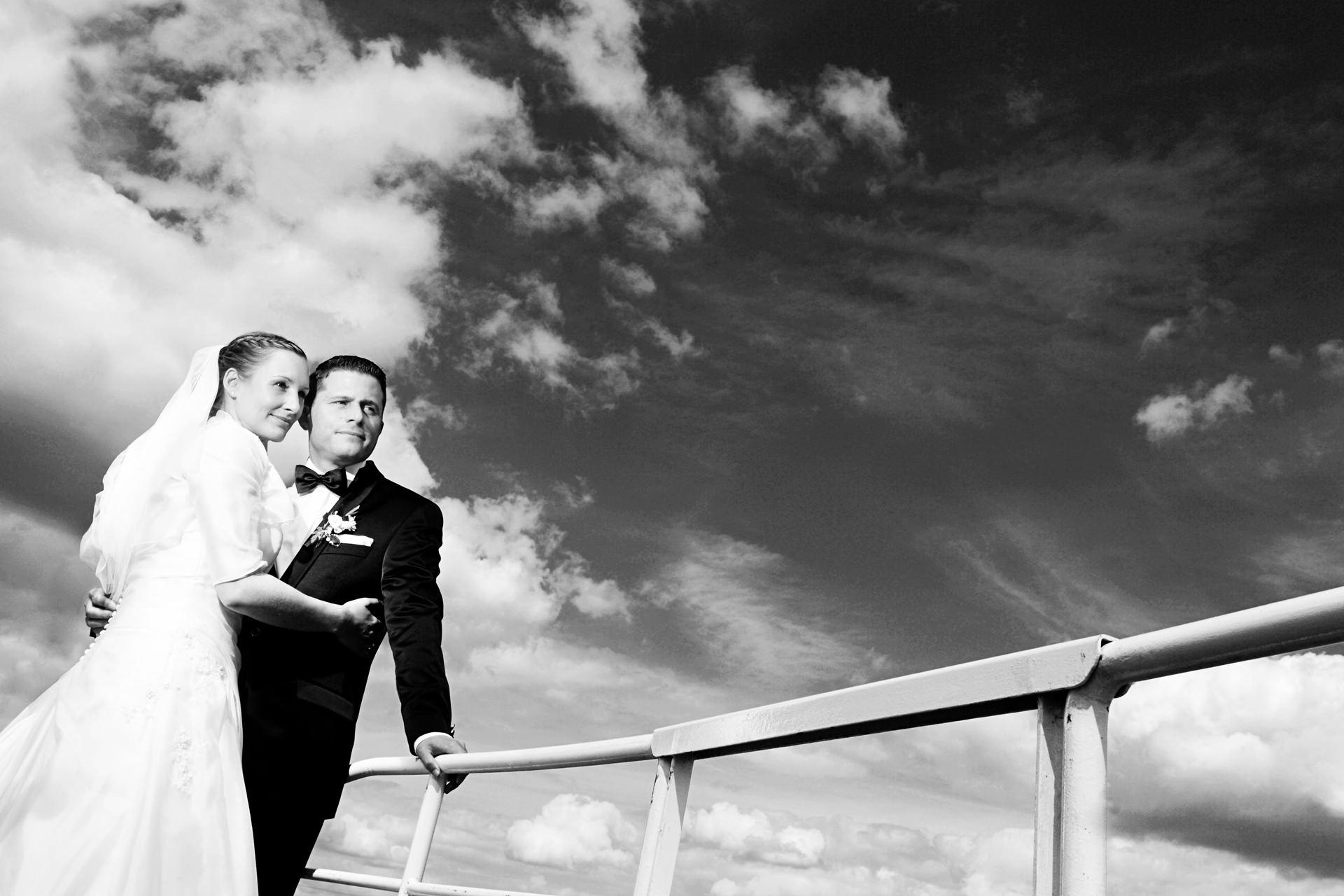 Hochzeitsfotos auf einem Boot auf dem Schwielowsee auf dem Weg zur Hochzeitsfeier
