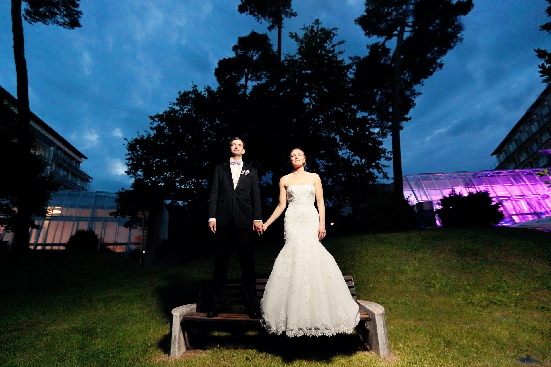 Brautpaar am Abend vor dem Kongresshotel in Potsdam