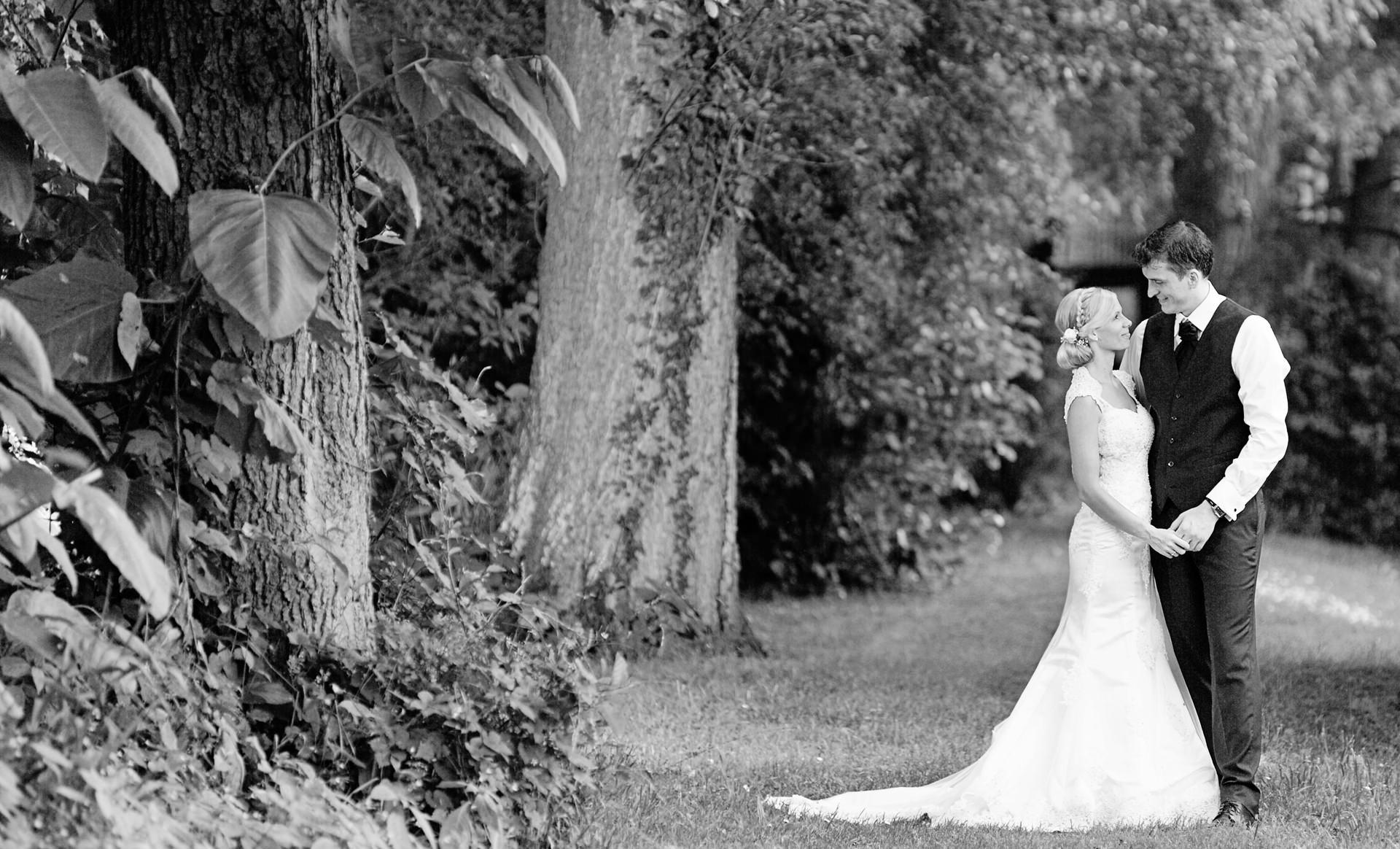 Hochzeitsfotograf in der Seelodge in Kremmen in Oberhavel mit Brautpaar im Wald