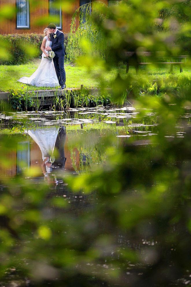 Hochzeitsfotograf Seelodge Kremmen mit Spiegelung des Brautpaares im See