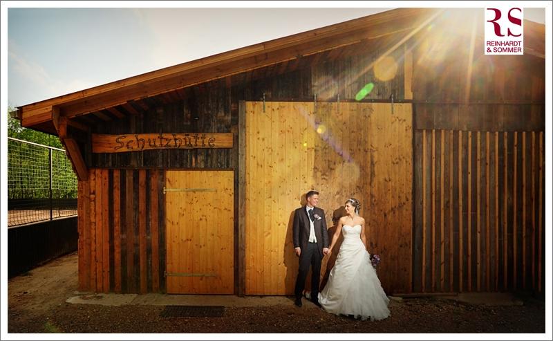 Brautpaar vor einer Scheune auf Schloss Boitzenburg in der Uckermark