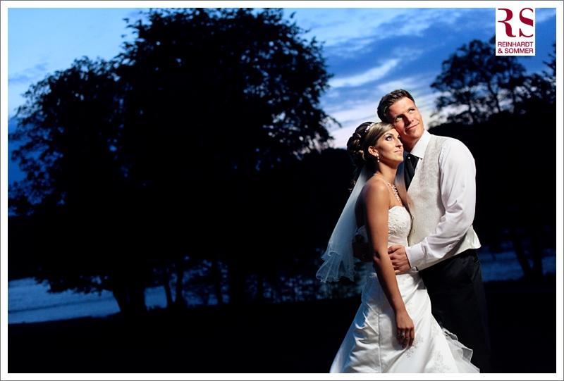 Ein Hochzeitsfoto mit dem Brautpaar zur blauen Stunde