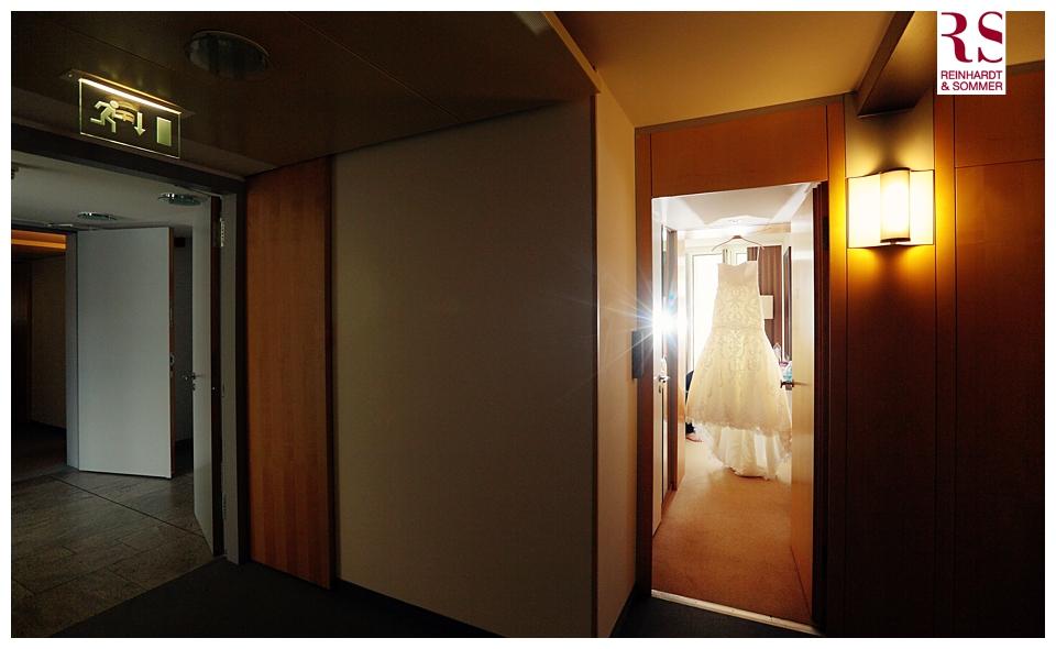 Brautkleid bei den Vorbereitungen im Kongresshotel Potsdam