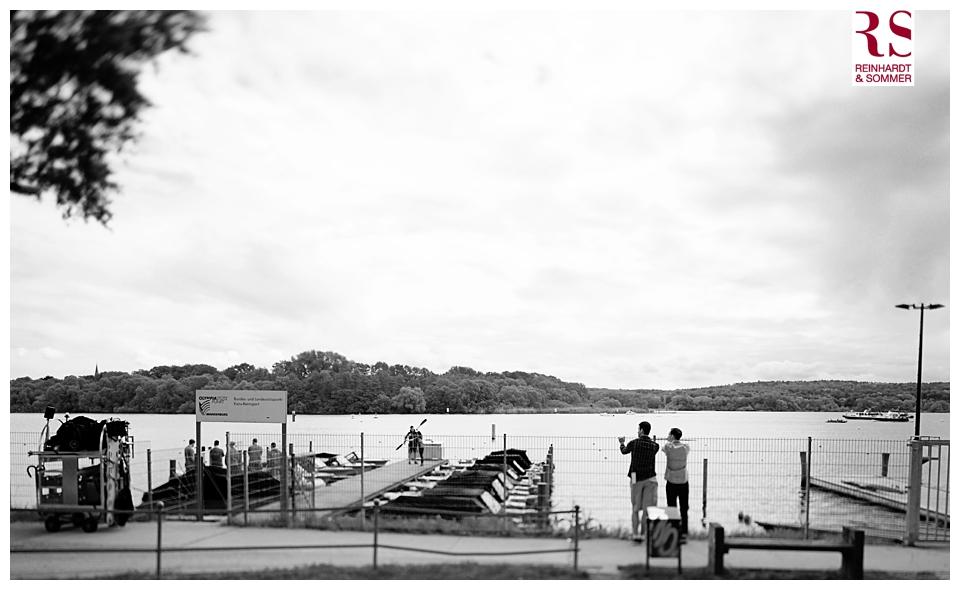 Bräutigam schlendert mit seinem Trauzeugen an der Havel entlang