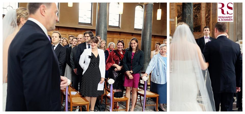 Reaktionen der Gäste auf die Braut beim Einzug in die Kirche