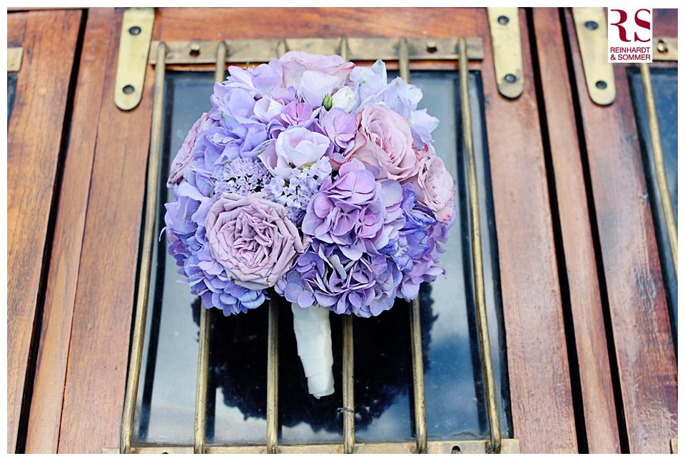 Brautstrauß von Nadja Meyer auf dem Dampfschiff Gustav in Hochzeitsfotos von Reinhardt & Sommer