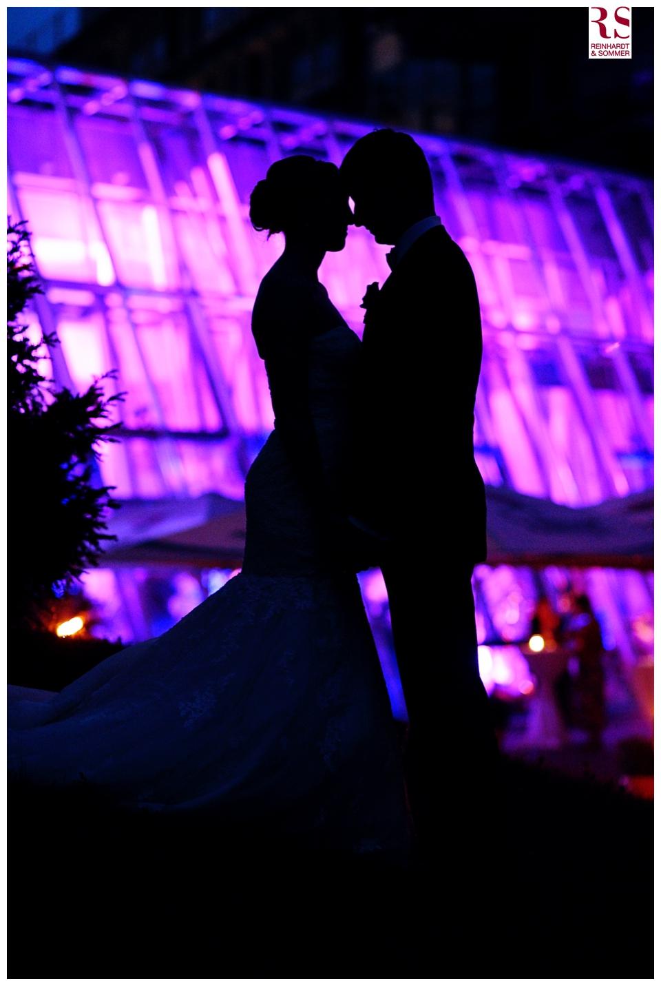 Silhouette eines Hochzeitspaares vor dem Kongresshotel Potsdam
