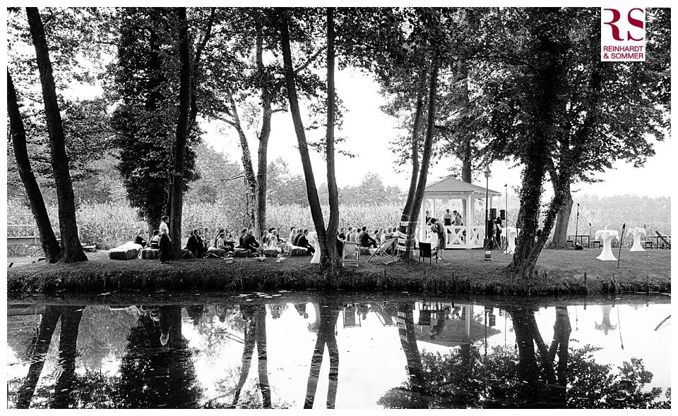 Spiegelung der Hochzeitsgäste während der Trauung in Kremmen am See