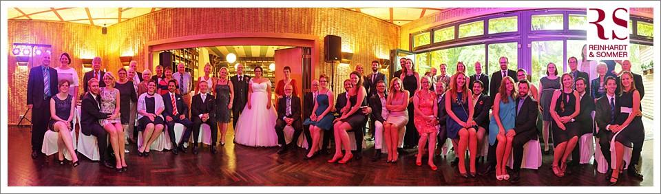 Gruppenfoto einer Hochzeit: bei Regen kann man auch innen ein spannendes Panorama erstellen