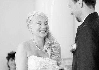 Glückliche Braut während der Trauung im Krongut Bornstedt Potsdam