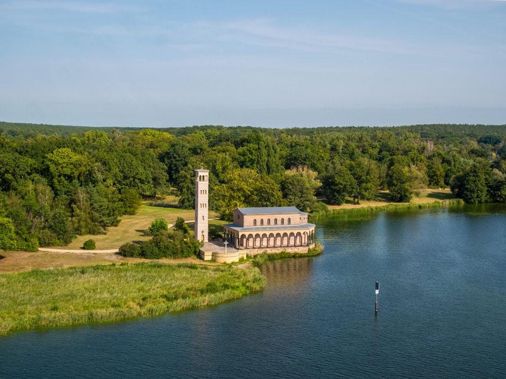 Die Heilandskirche Sacrow an der Havel vor Potsdam im September 2020