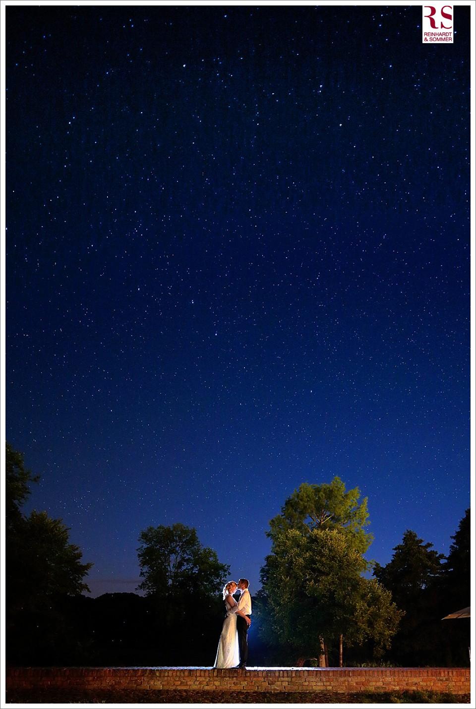 Hochzeitspaar unter dem Sternenhimmel