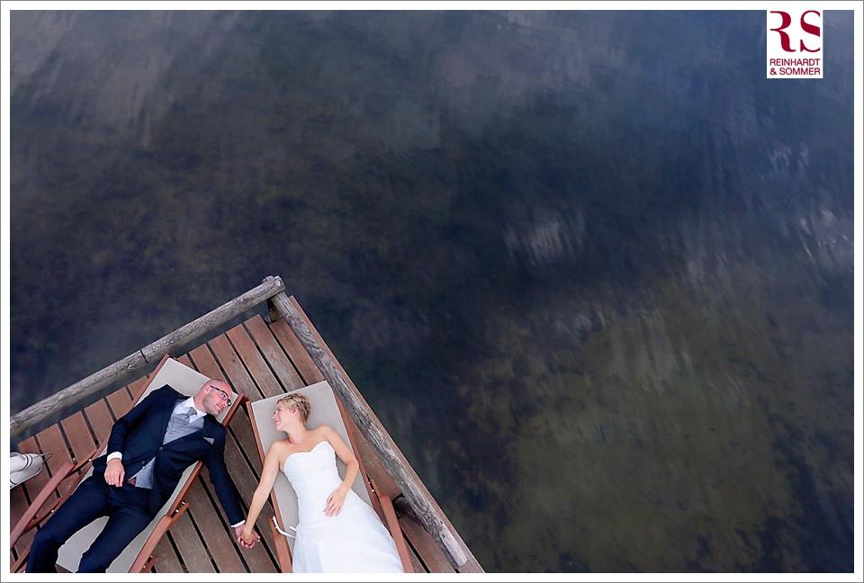 Ausgefallene Brautpaarfotos über dem See von Reinhardt & Sommer