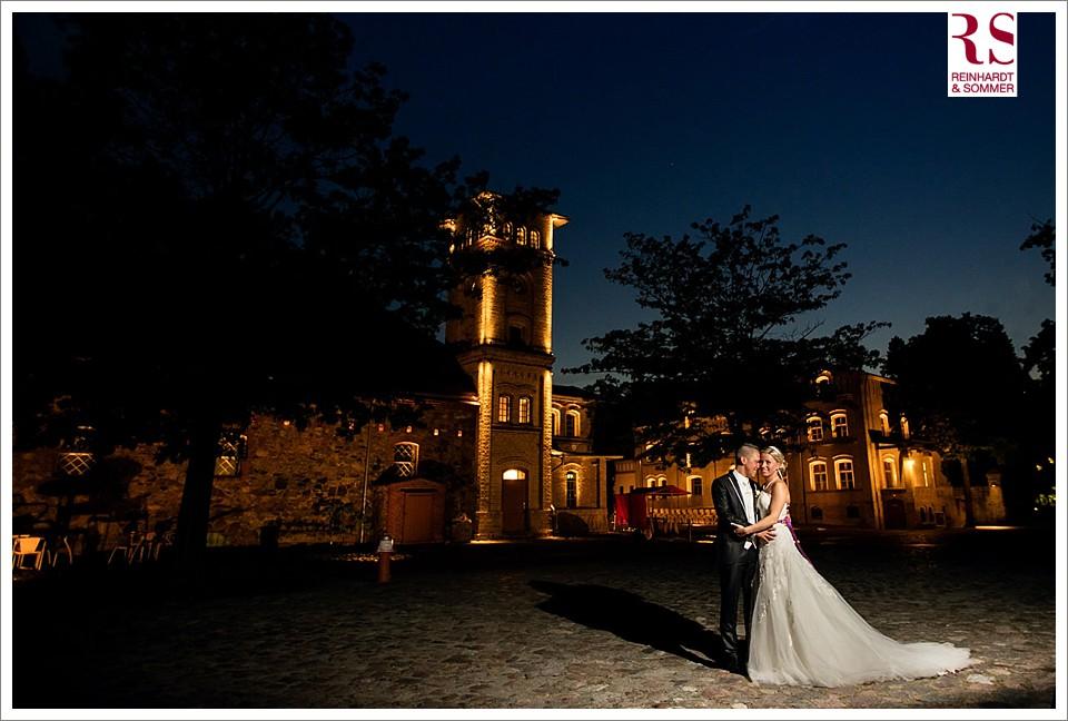 Hochzeitsfotos nach Sonnenuntergang am Ochsenstall vom Schloss Britz