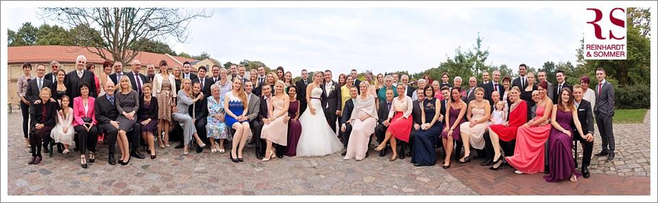 Das Gruppenbild der Hochzeit als Gruppenpanorama am Abend