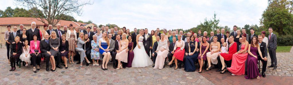 Gruppenfoto bei einer Hochzeit in Berlin Ochsenstall vom Schloss Britzer Garten