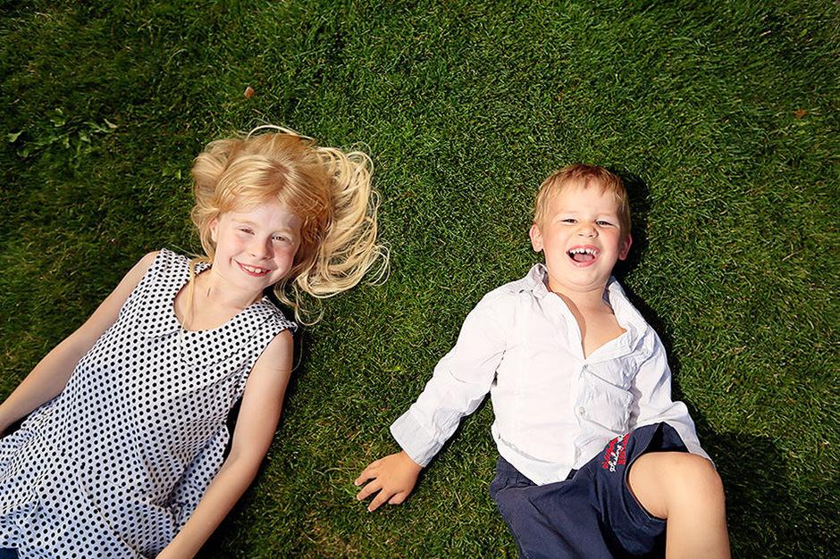 Familienfotos mit Kinder die auf der Wiese spielen in Potsdam
