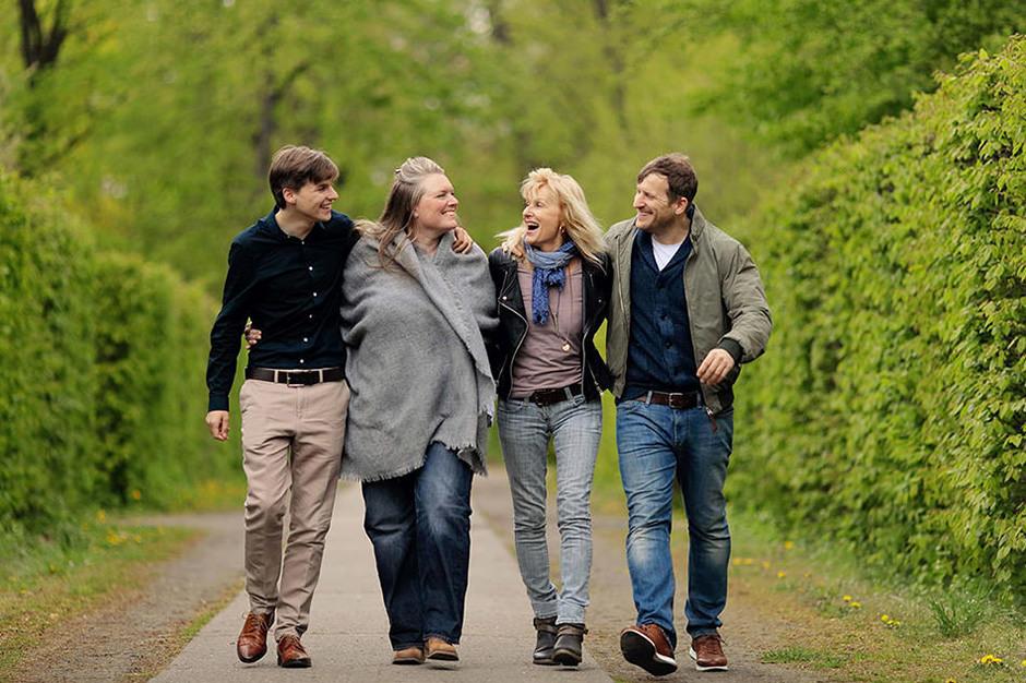 Familien spaziert fröhlich in grünem Park