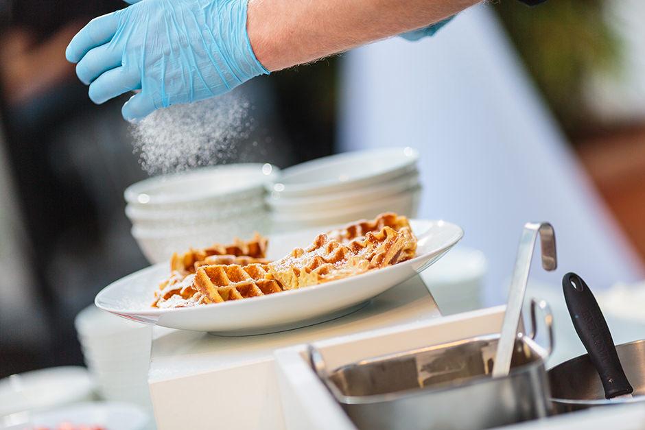 Essen wird von Koch in Küche angerichtet