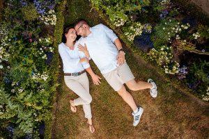 Paarfoto mit verliebtem Pärchen auf Wiese in Schlosspark Potsdam