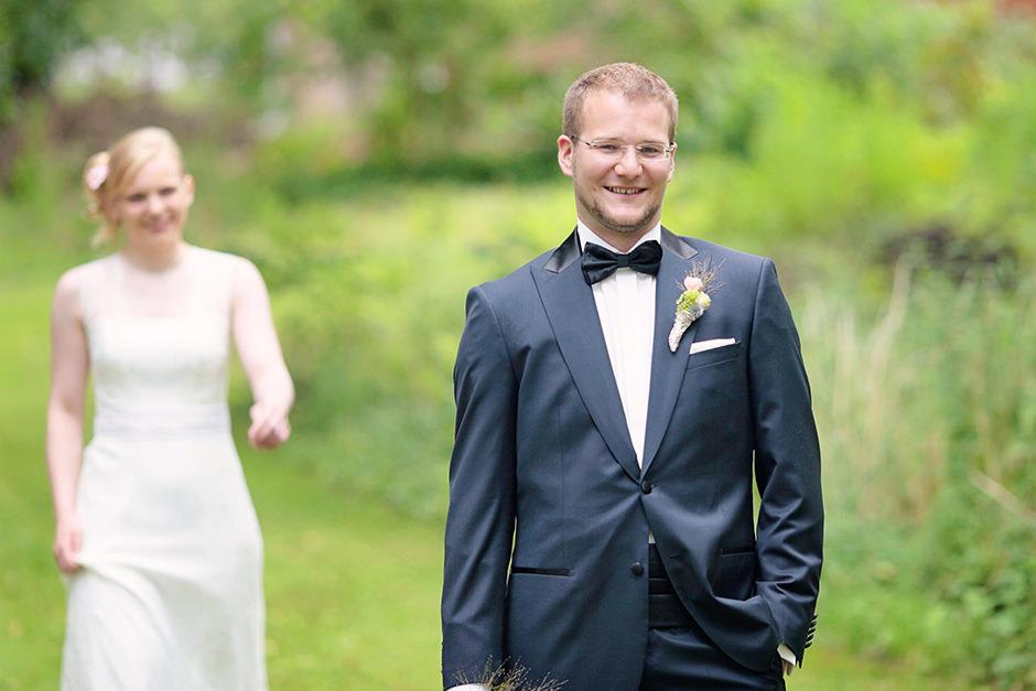 Bräutigam auf dem Landgut Stober kurz vor dem First Look