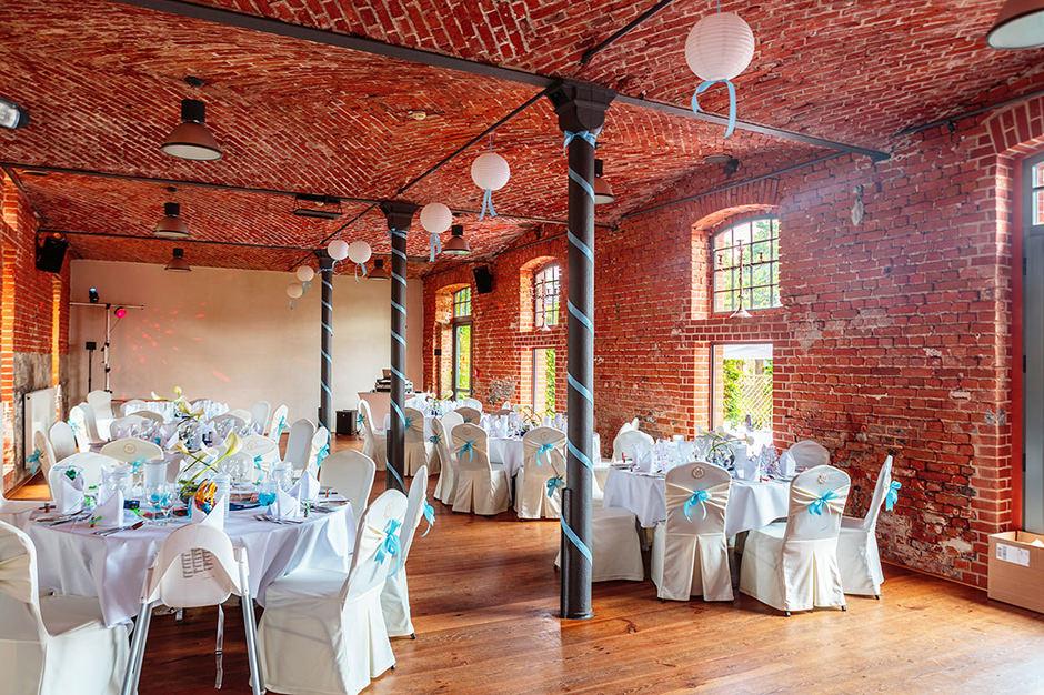 Dekorierter Saal für eine Hochzeit im Landgut Stober