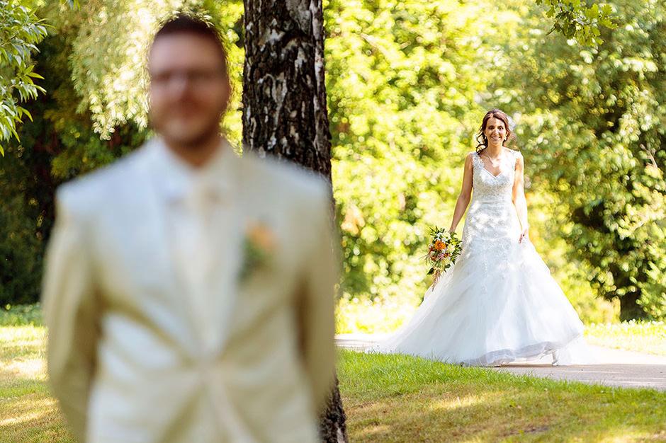 Braut überrascht ihren Mann beim First Look der Hochzeit