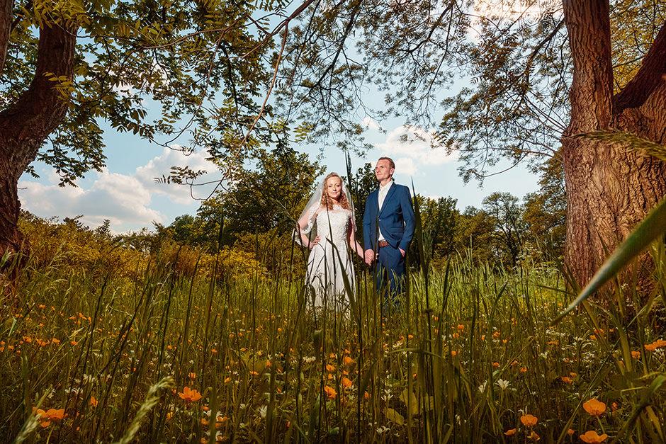Brautpaar bei einer Hochzeit im Grünen