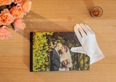 Hochzeitsalbum mit gebürstetem Aluminium als Cover für Hochzeitsfotos von Reinhardt und Sommer, Hochzeitsfotografen für Potsdam und Brandenburg