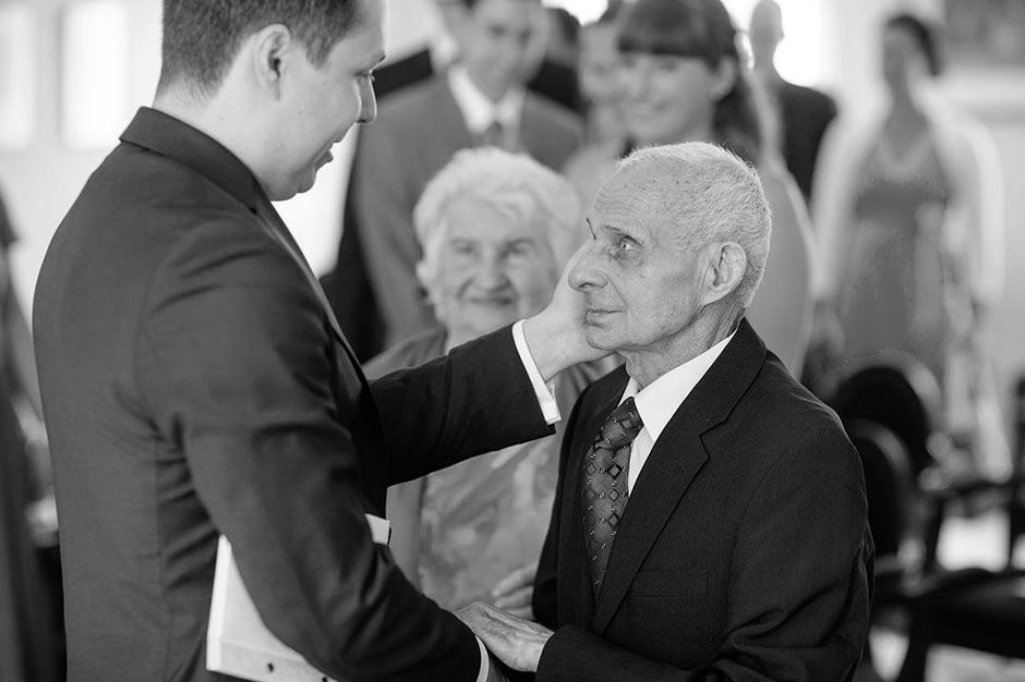 Gratulationen mit dem Großvater bei einer Trauung in Potsdam