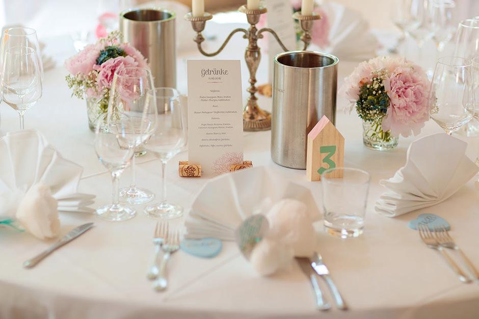 Dekoration auf dem Tisch des Brautpaares