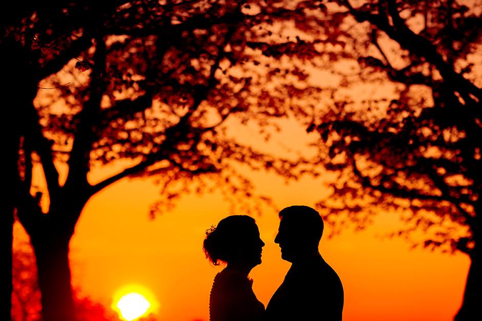 Brautpaarfotos im Sonnenuntergang