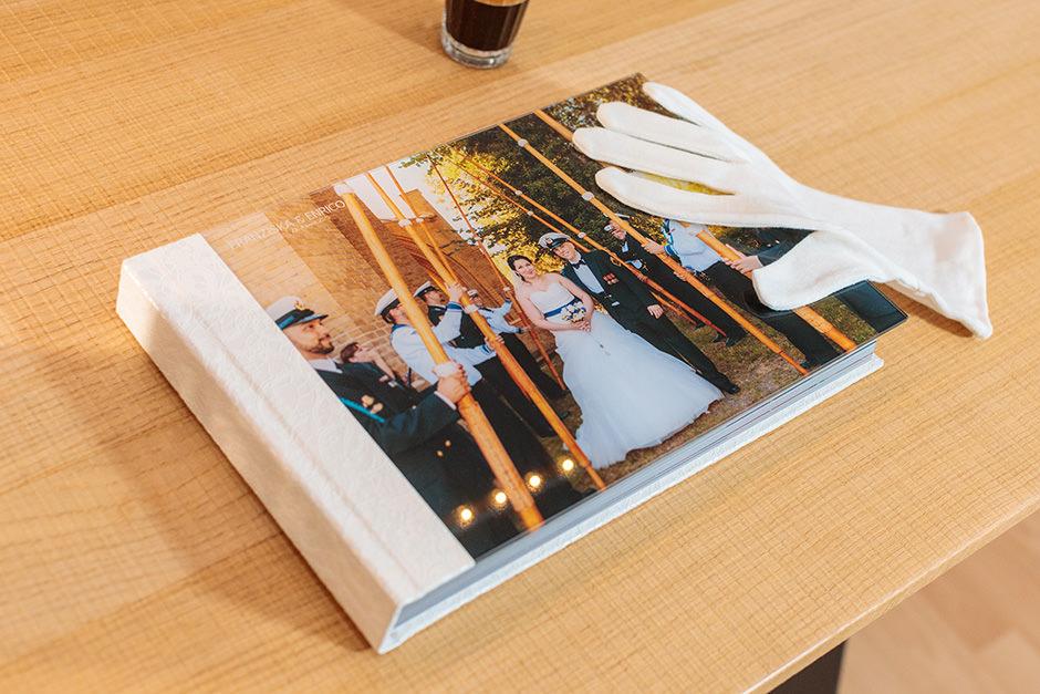 Hochzeitsalbum mit glänzendem Acrylglas als Cover für Hochzeitsfotos von Reinhardt und Sommer, Hochzeitsfotografen für Potsdam und Brandenburg
