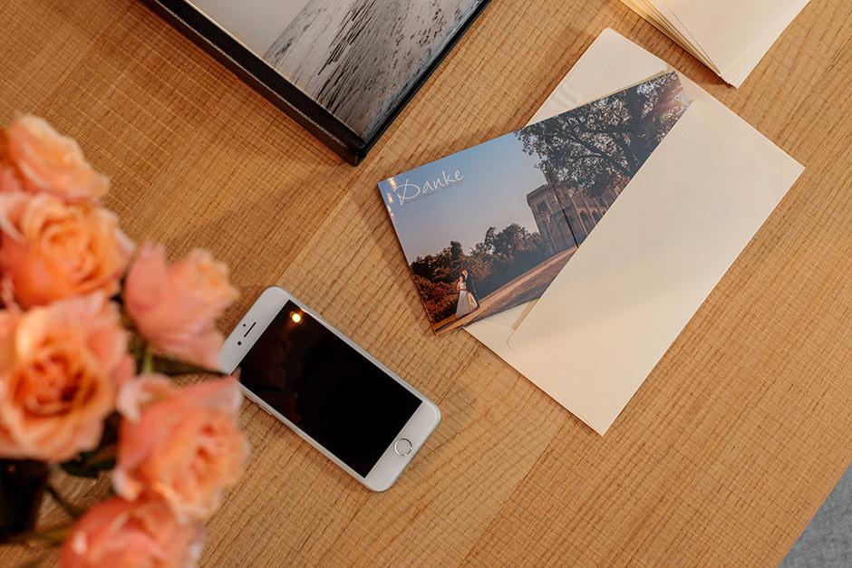 Eine Danksagungskarte wird nach der Hochzeit an die Gäste verschickt
