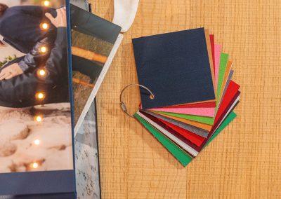 Verschiedene Einband-Materialien für unser Hochzeitsalbum mit Hochzeitsfotos von Reinhardt und Sommer, Hochzeitsfotografen für Potsdam und Brandenburg