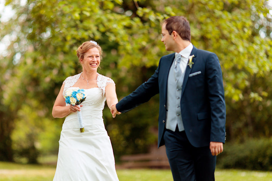 Glückliches Brautpaar im Park