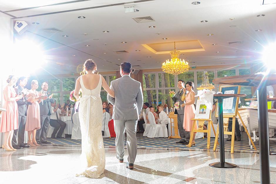Einzug des Brautpaares zur Hochzeitsfeier im Hotel in Potsdam