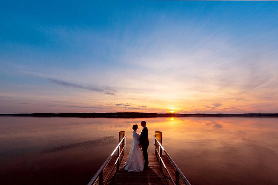 romantische Brautpaarfotos zum Sonnenuntergang