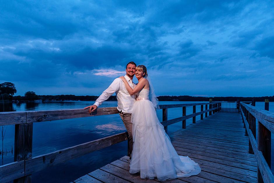 Fotoshooting mit Hochzeitspaar zur Blaue Stunde