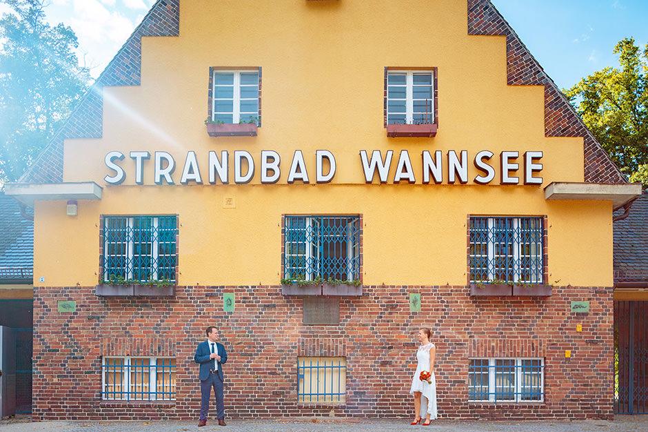 Brautpaar vor dem Strandbad Berlin Wannsee