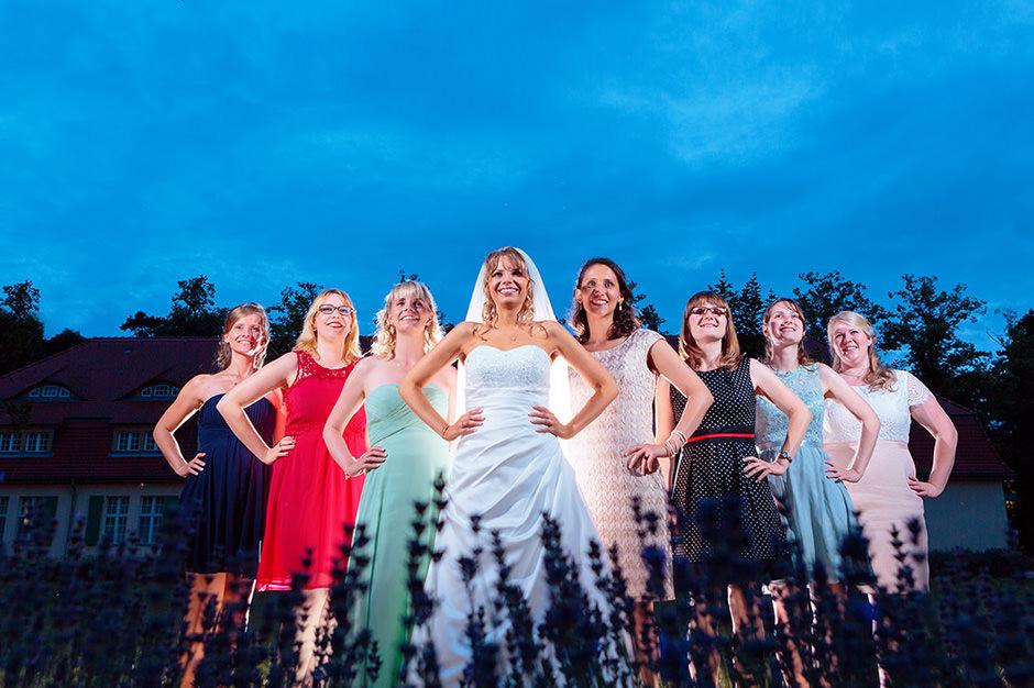 Team Braut mit den Brautjungfern zur Blauen Stunde