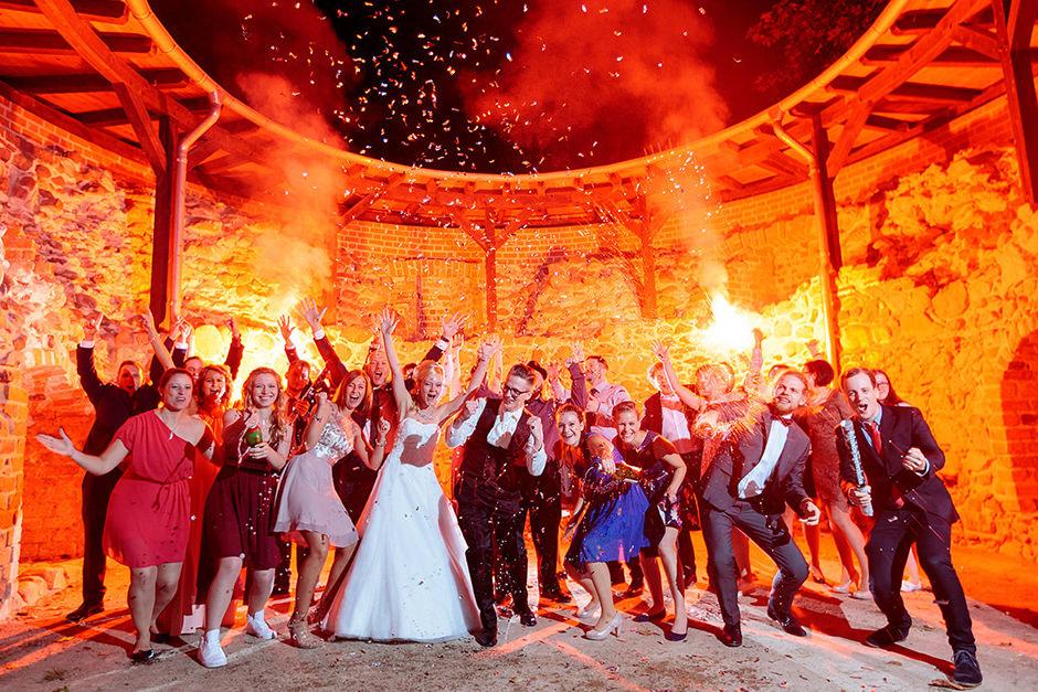 Sektdusche mit den Hochzeitsgästen auf Burg Eisenhardt in Bad Belzig