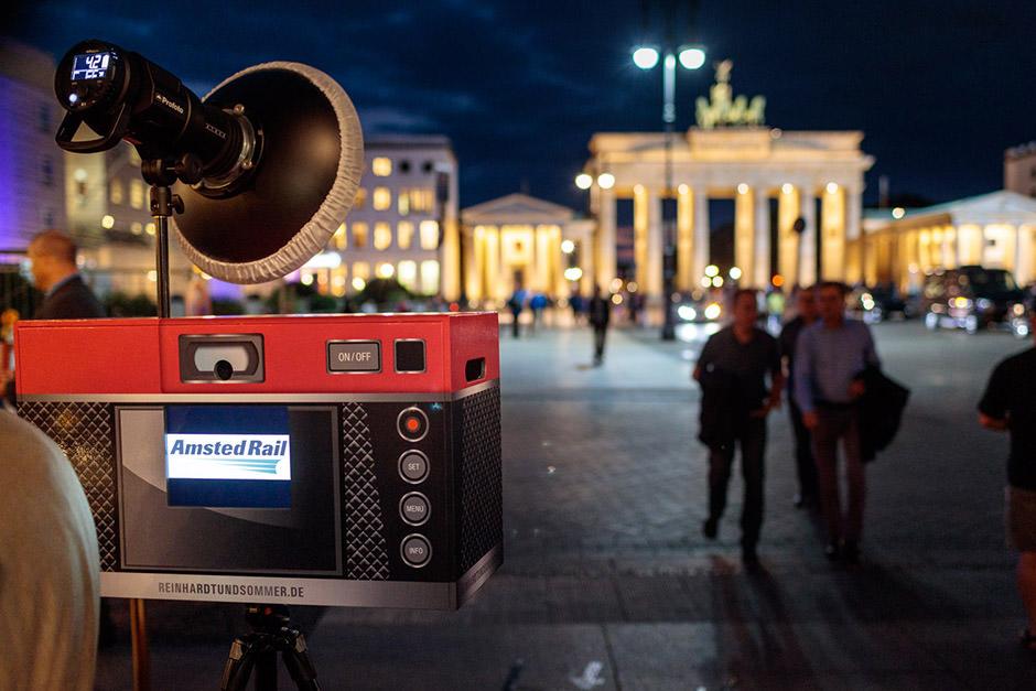 Fotobox vor dem Hotel Adlon und dem Brandenburger Tor in Berlin