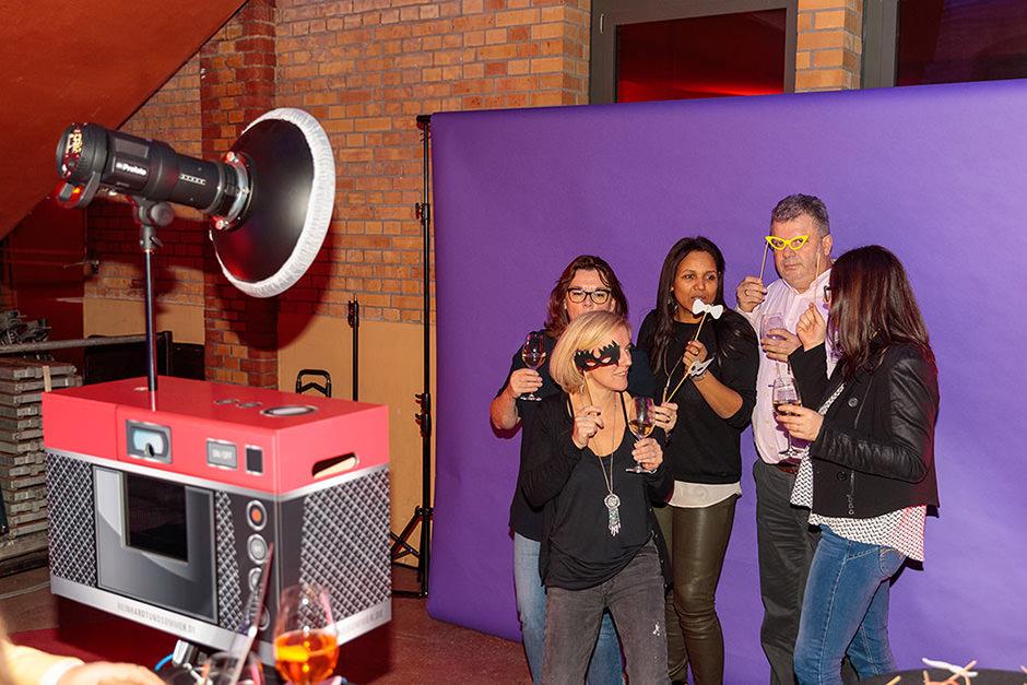 Gäste vor einer Fotobox mit Fotodruck in Potsdam