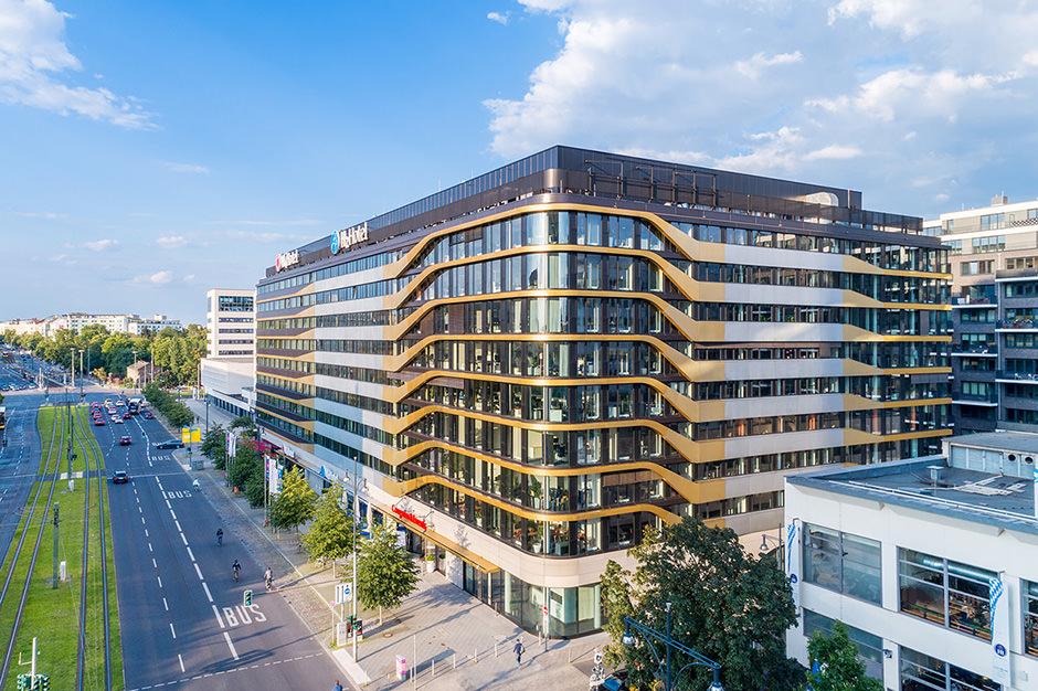 Foto von einem Hotel in Berlin mit einer Drohne