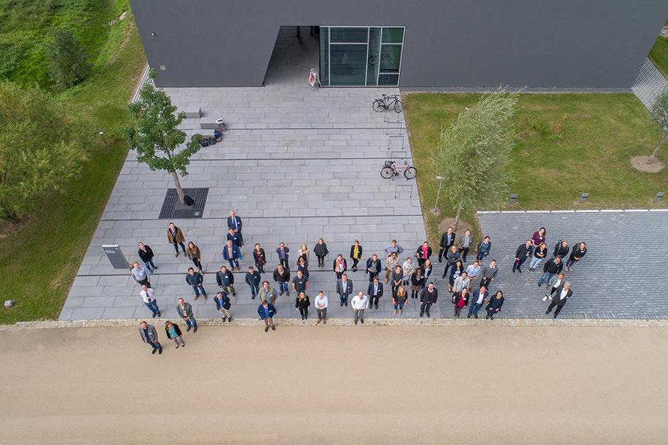 Gruppenfoto aus der Luft bei einer Veranstaltung in Potsdam