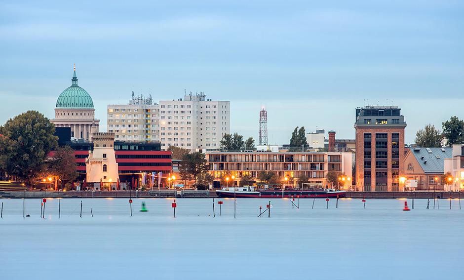 Die Schiffbauergasse Potsdam mit dem tiefen See und der Nikolaikirche im Hintergrund