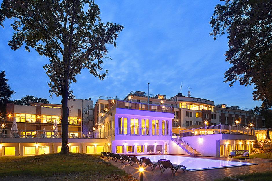 Der angeleuchtete Hotelpool in Potsdam zur blauen Stunde