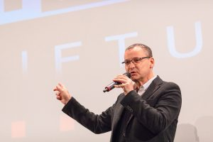 Portrait eines Sprechers Knut Elstermann auf der Bühne