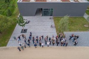 Luftaufnahme der Teilnehmer mit der Drohne bei einer Tagung